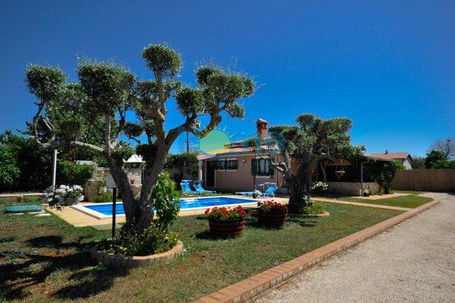 Istra - Novigrad, samostojeća kuća s bazenom na velikoj okućnici